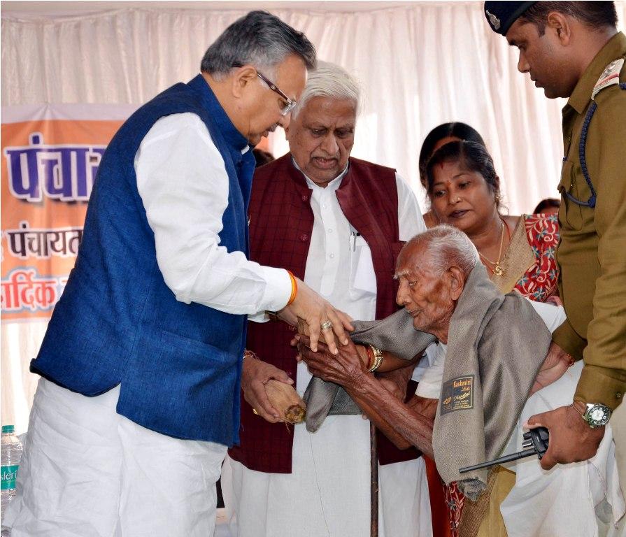 रायपुर : मुख्यमंत्री ने बुजुर्गों को शॉल-श्रीफल से किया सम्मानित