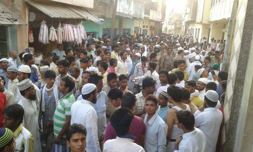 आजमगढ़: फेसबुक पर पैगम्बर मोहम्मद के लिए लिखे अपशब्द, जमकर हुआ बवाल