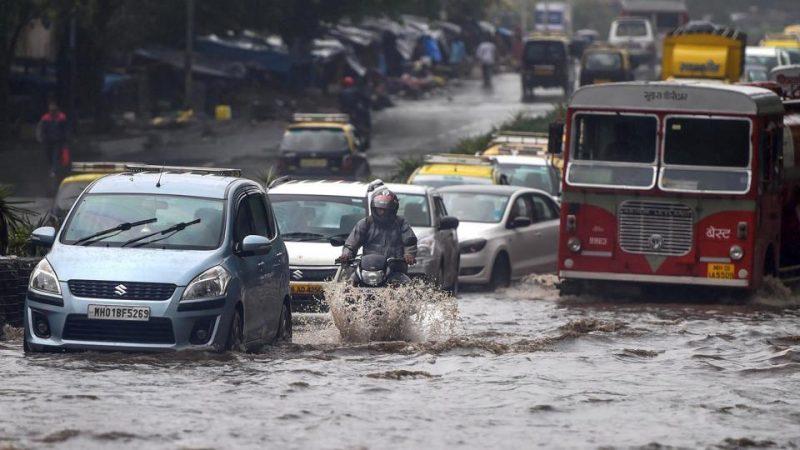 मुंबई में बारिश से स्कूल-ऑफिस बंद ट्रेनें रद्द