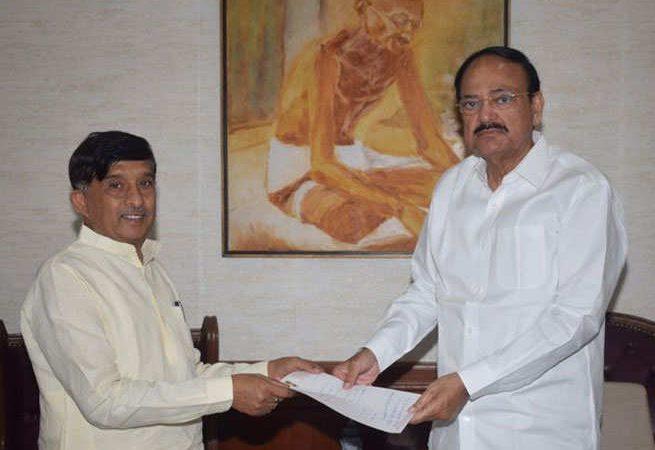 कर्नाटक: कांग्रेस के 'शिक्षाविद' MP का इस्तीफा