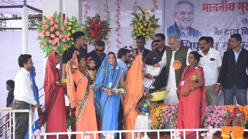 बटरेल के आंगनबाड़ी केंद्र हुए कुपोषण मुक्त, मुख्यमंत्री ने कार्यकर्ता और सहायिका को किया सम्मानित
