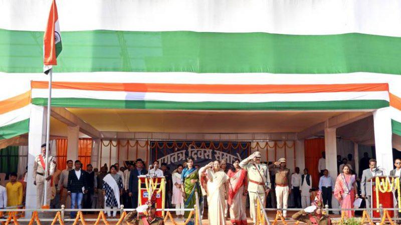 मंत्री श्रीमती भेंड़िया ने ध्वजारोहण कर परेड की सलामी ली