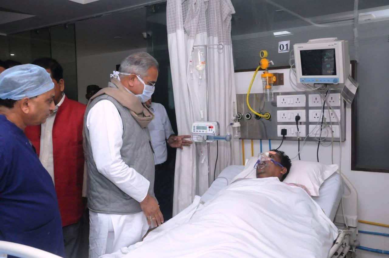 मुख्यमंत्री ने अस्पताल जाकर गिरीश देवांगन के  स्वास्थ्य की जानकारी ली