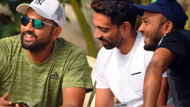 मुंबई रणजी टीम के खिलाड़ियों से मिले रोहित शर्मा
