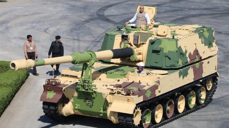 रक्षा मंत्री राजनाथ सिंह ने वज्र-टी गन को रवाना किया