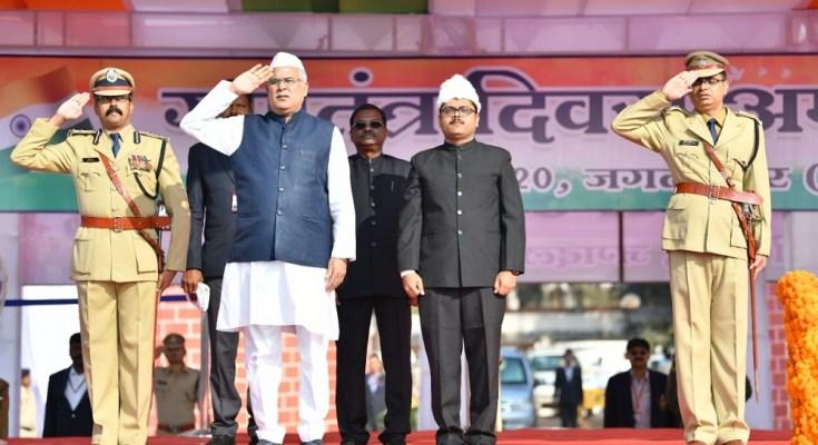 मुख्यमंत्री भूपेश बघेल ने मुख्य समारोह में ध्वजारोहण कर परेड की सलामी ली