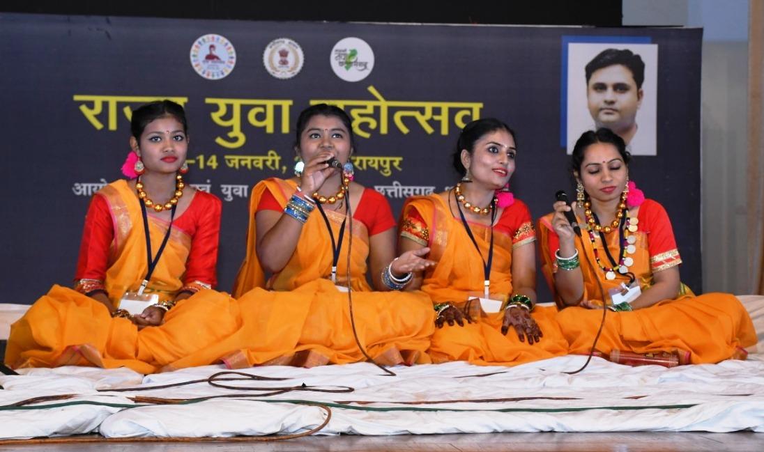 युवा महोत्सव : लोकगीतों के माध्यम से युवाओं ने बिखेरी अपने-अपने जिलों की छटा