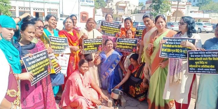 केंद्र सरकार की महंगाई के विरोध में शहर जिला महिला कांग्रेस का प्रदर्शन