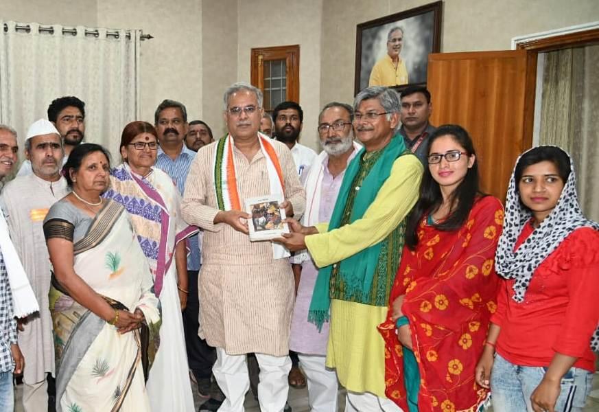 मुख्यमंत्री बघेल से 'भारत जोड़ो-संविधान बचाओ-समाजवादी विचार यात्रा' दल के प्रतिनिधि मंडल ने की मुलाकात