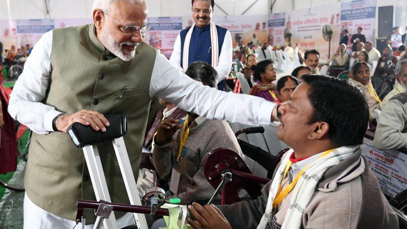 प्रधानमंत्री ने दिव्यांगजनों और वरिष्ठ नागरिकों में सहायक उपकरण वितरित किए