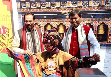 केन्द्रीय अल्पसंख्यक कार्य मंत्री मुख्तार अब्बास नकवी ने 'हुनर हाट' का उद्घाटन किया
