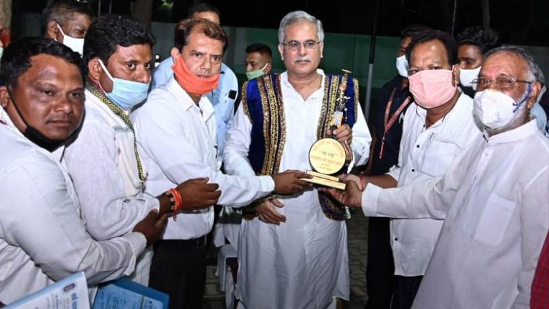 मुख्यमंत्री भूपेश बघेल को 'गौरत्न सम्मान' : सर्व यादव महासंघ छत्तीसगढ़ ने सम्मान से नवाजा और 'गोधन न्याय योजना' शुरू करने पर आभार जताया