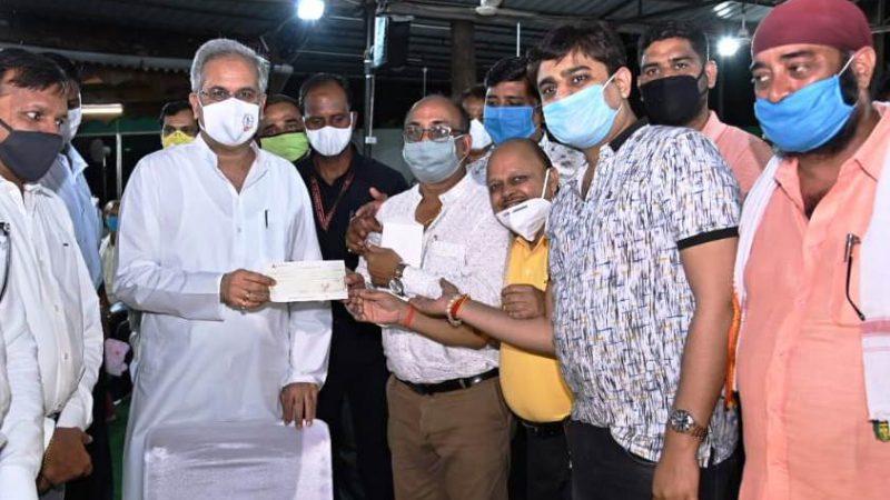 मुख्यमंत्री को कोरोना पीड़ितों के लिए व्यापारियों के प्रतिनिधि मंडल ने सौंपा 2.21 लाख रूपए का चेक