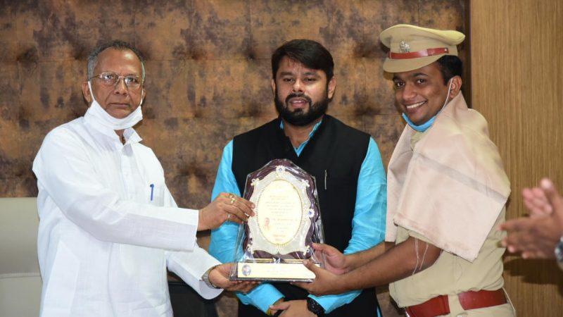 गृह मंत्री ने उत्कृष्ट कार्य के लिए पुलिस टीम को किया सम्मानित