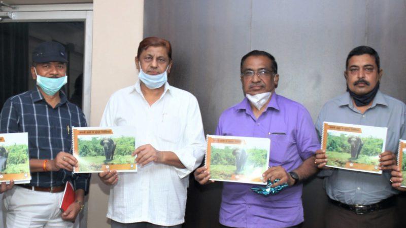 रायपुर : वन मंत्री ने किया 'जंगली हाथी से सुरक्षा निर्देशिका' का विमोचन