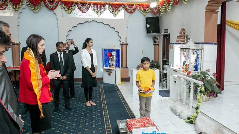 न्यूजीलैंड: मंदिर पहुंची PM अर्डर्न, छोले-पूरी खाईं