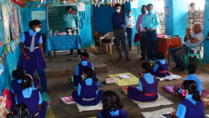 शिक्षकों द्वारा किये जा रहे नवाचारों को प्रमुख सचिव डॉ. आलोक शुक्ला ने सराहा