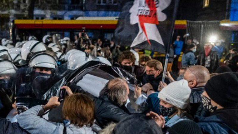 पोलैंड: अदालत ने लगाया गर्भपात पर प्रतिबंध, सड़कों पर उतरे हजारों लोग