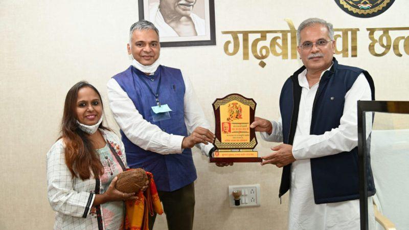 रायपुर : मुख्यमंत्री को कबीर शोध पीठ ने किया सम्मानित