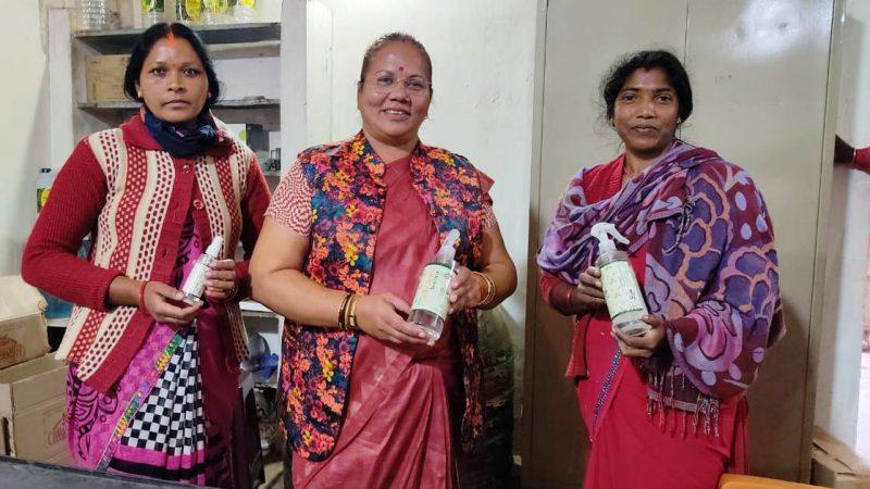 राज्य महिला आयोग की अध्यक्ष डॉ. नायक ने जशपुर के चाय बगान में कार्यरत महिलाओं के काम को सराहा