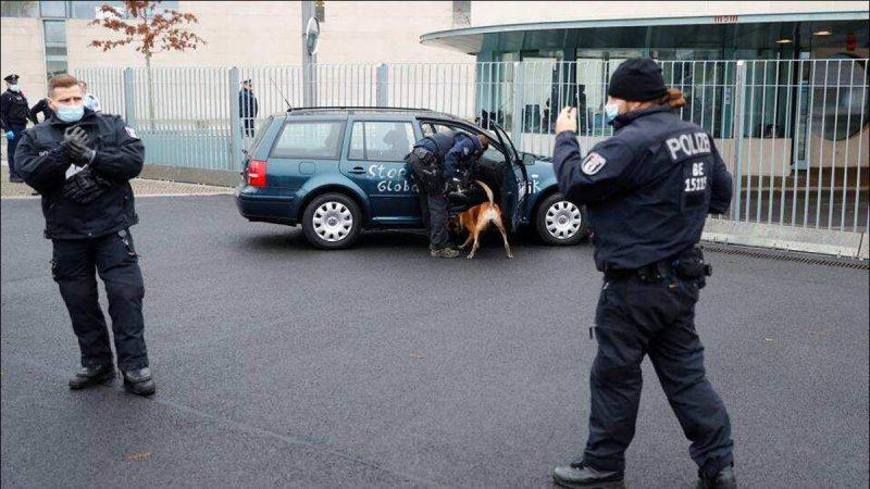 जर्मनी की चांसलर एंजेला मार्केल के ऑफिस के गेट में जा भिड़ी कार, साथ में लिखा था एक मेसेज