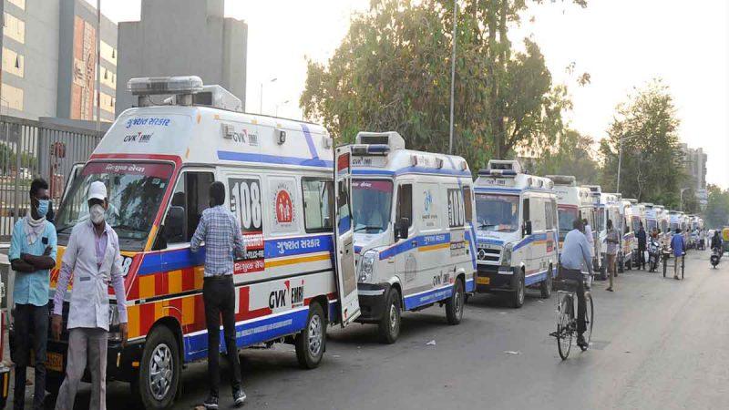 अहमदाबाद में बिगड़े हालात, अस्पतालों के बाहर लगी ऐंबुलेंस की लाइन, ऑक्सीजन मास्क लगाए इंतजार कर रहे हैं मरीज