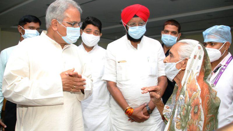 मुख्यमंत्री भूपेश बघेल ने रायपुर मेडिकल कॉलेज में टीकाकरण व्यवस्था का लिया जायजा, टीकाकरण कराने आए लोगों से चर्चा भी की