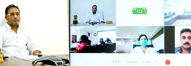 मंत्री गुरु रूद्रकुमार ने प्रभार जिलों की वीडियो कॉन्फ्रेंसिंग के माध्यम से की समीक्षा