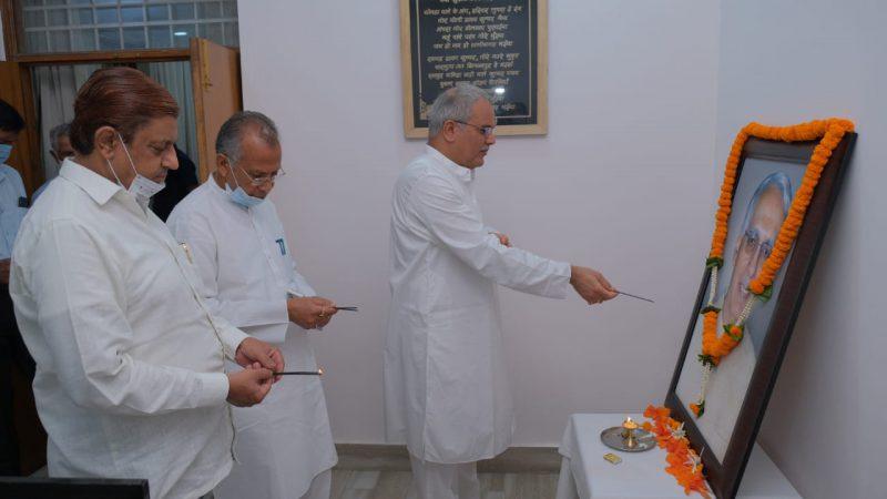 मुख्यमंत्री भूपेश बघेल ने पूर्व केंद्रीय मंत्री स्वर्गीय विद्याचरण शुक्ल को उनकी पुण्यतिथि पर दी विनम्र श्रद्धांजलि